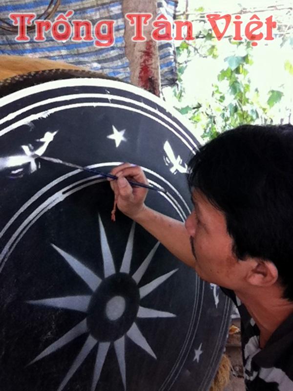 Anh Tân đang vẽ hoa văn lên mặt trống